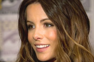 Kate Beckinsale is still action adventure ready at 46 on the beach in Los Cabos. (Photo: