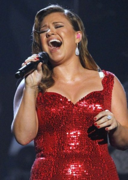 Kelly Clarkson Adds Spark to Tinder, Putting Profiles to Music (watch!) 36