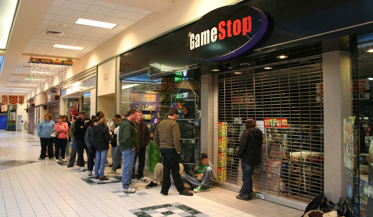 Customers line up outside a Gamestop in 2006, waiting to buy a new game console. (Photo: Dicoplio Family)