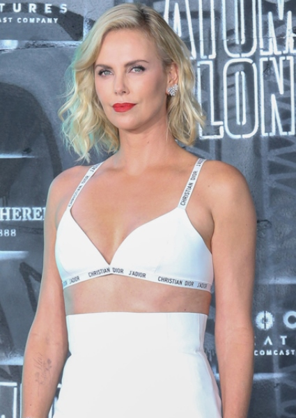 Now Charlize Theron Plays 'Sexually Fluid;' Enjoys Men, Women, She Says 8